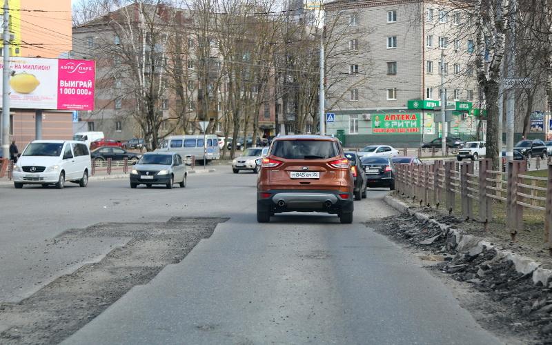 Дорожники отремонтировали в Брянске 1,3 тысячи квадратных метров дорог