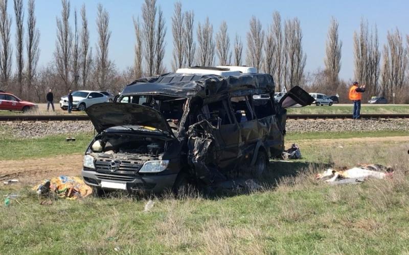 В Крыму при столкновении электрички с маршруткой погибли пять человек