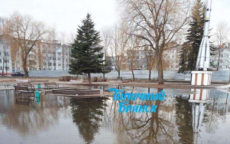 Детская площадка в Брянске превратилась в огромную лужу
