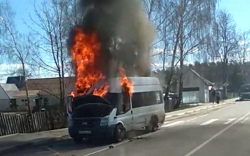 Охваченная огнем брянская маршрутка попала на видео