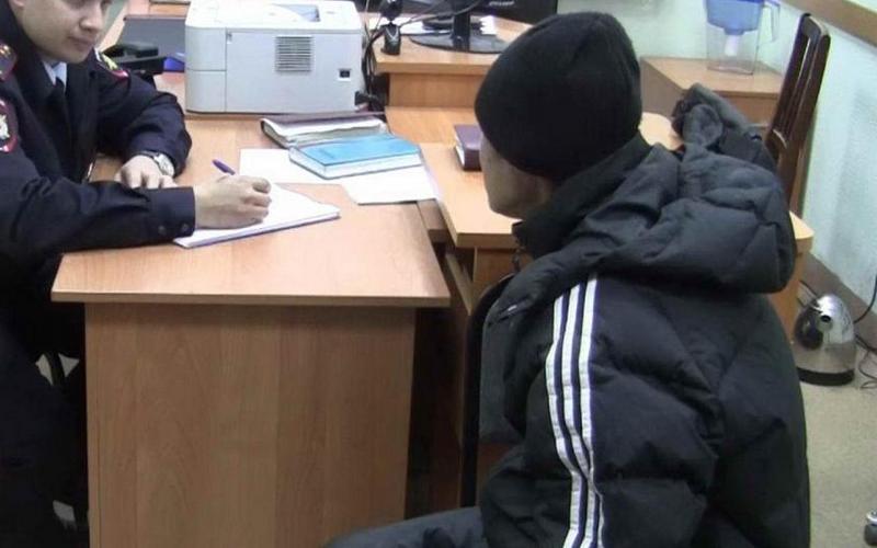 Брянские полицейские нагрянули в квартиру наркоторговца