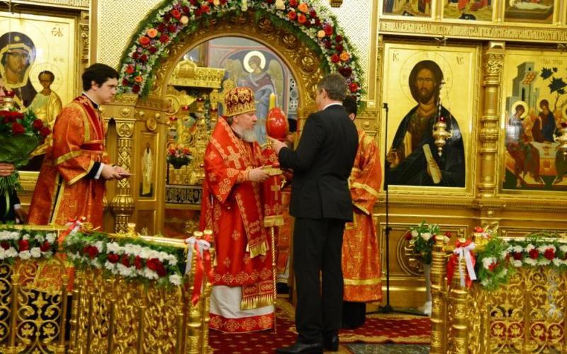 Митрополит Александр подарил брянскому губернатору яйцо