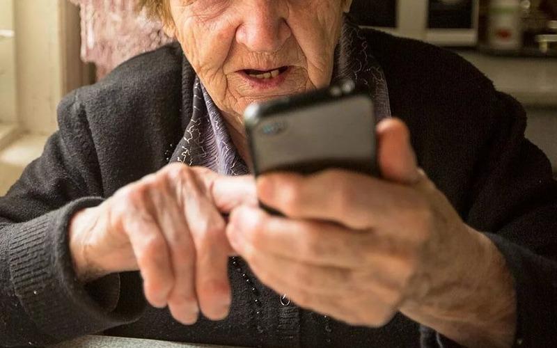 Таксист спас брянскую пенсионерку от мошенников