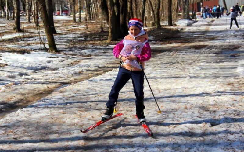 Брянские лыжники и сноубордисты соревновались на тающем снегу