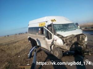 Маршрутка столкнулась с грузовиком. Трое пострадавших