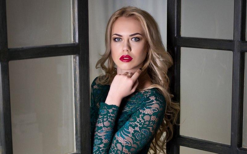 Брянцы голосуют заКристину Бирюкову— самого красивого билетного кассира РЖД