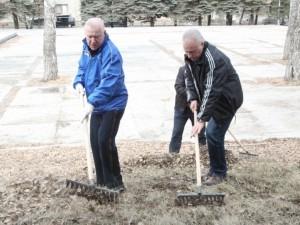 Мэр Челябинска убрал территорию у мемориала «Скорбящие матери»