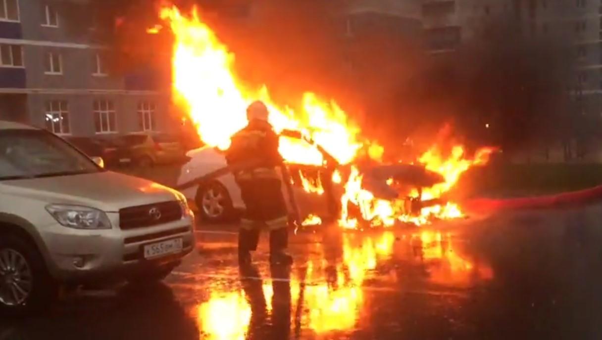 В Брянске сняли на видео горящую иномарку