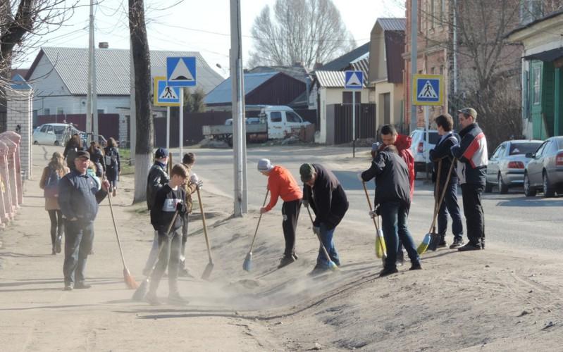 Сотни горожан вышли науборку улиц Новозыбкова