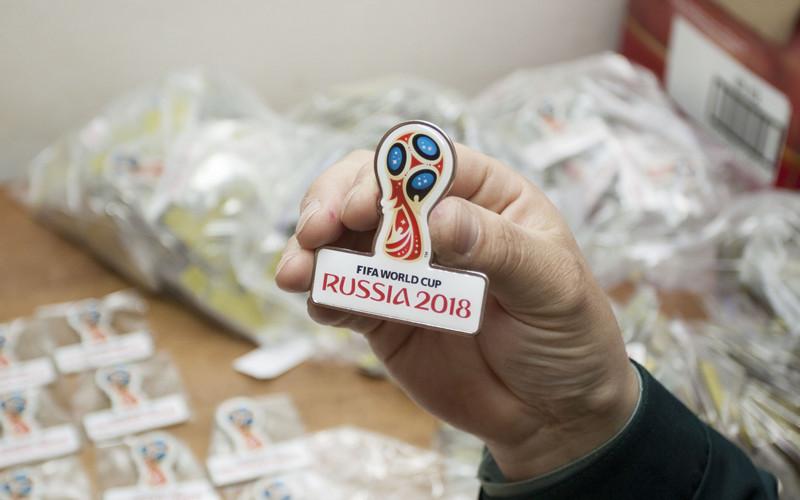 Брянские таможенники перехватили 20 килограммов  значков FIFA 2018