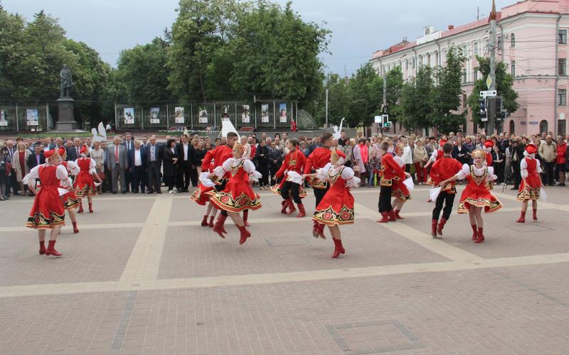 В Брянске «славянскими гуляниями» открылся международный фестиваль театров