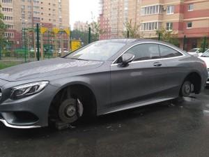 Колеса с Mercedes хоккеиста Глинкина сняли в Челябинске