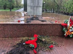 Пьяный мужчина поджег венки на мемориале в Челябинске