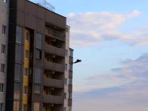 Видео: молодой парень спрыгнул с 27 этажа в Челябинске на 9 мая