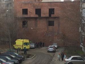 Школьник упал с недостроенного здания, по которому гулял с друзьями