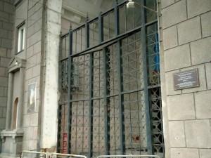 Дом на площади Революции неуклюже огородили ржавым забором