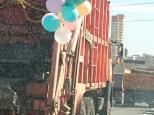 Свадебный мусоровоз проехал по Челябинску