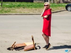 Провал в асфальте жители Магнитогорска закрыли стулом