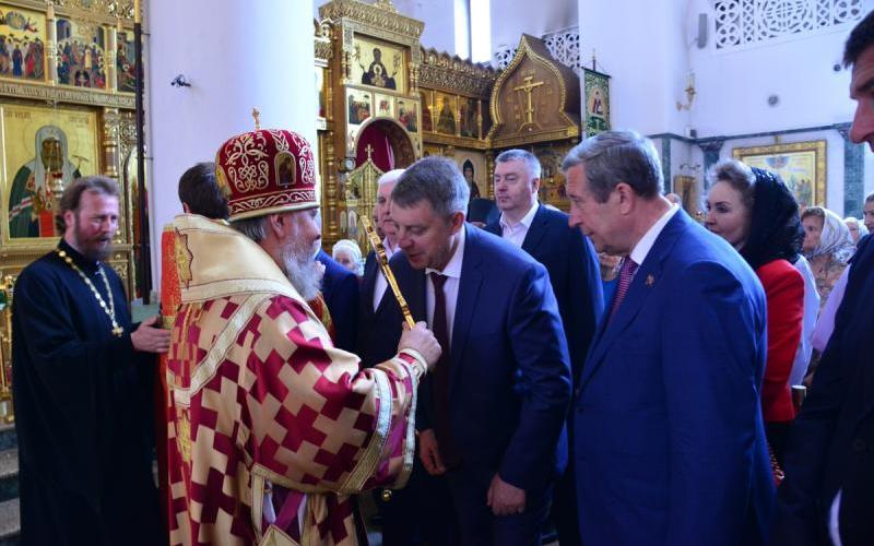 Губернатор подарил на день рождения брянскому митрополиту Александру картину