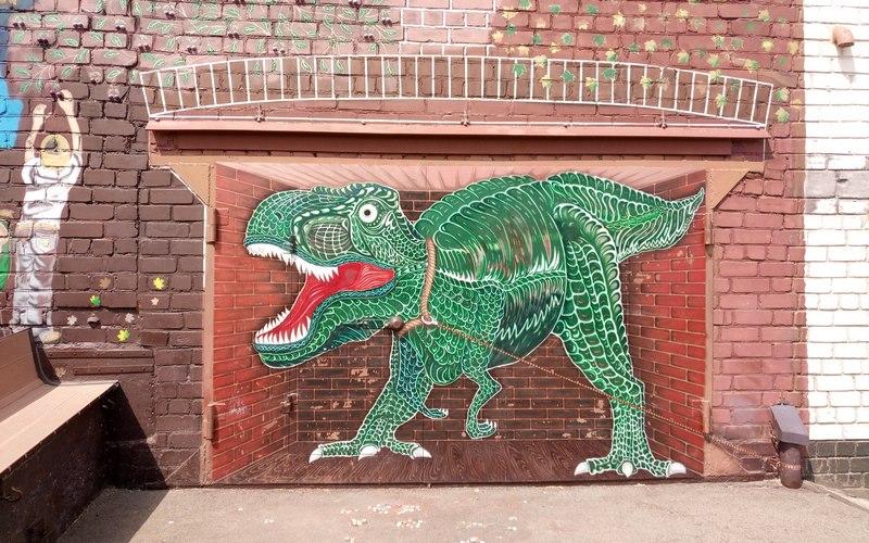 Возле гаража в Брянске поселился гигантский динозавр
