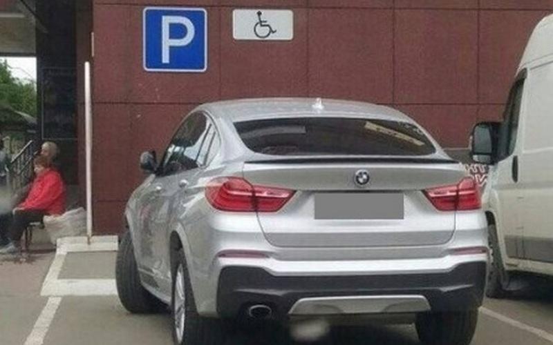 В Брянске оштрафовали автоледи, занявшую место для инвалидов
