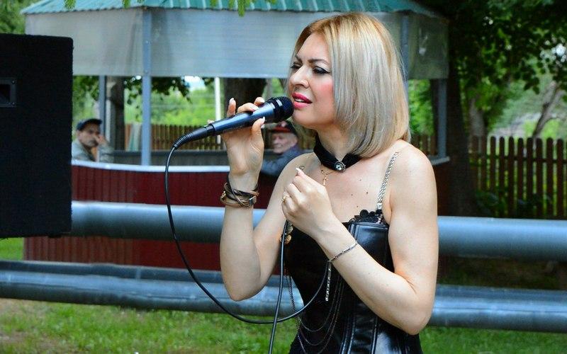 Певица Сергия выступила в Сураже для стариков и инвалидов