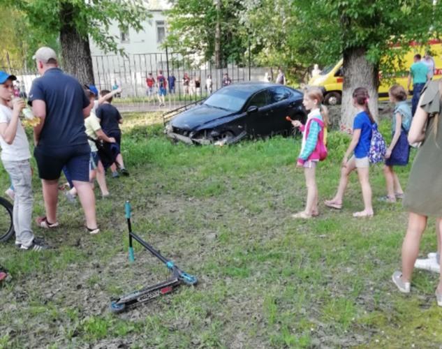 В Брянске водитель «Lexus» снес забор детской поликлиники