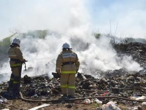 Едкий дым от пожара на свалке в Полетаево дошел до жилых домов