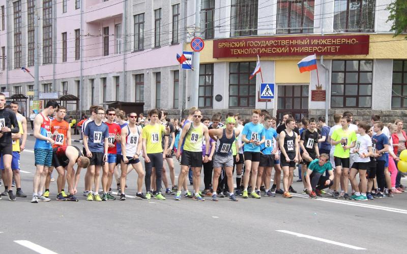 Более полутора тысяч физкультурников вышли в Брянске на старт эстафеты в честь Дня Победы