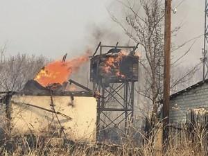 Видео: пожар с полей уничтожил жилой дом и водокачку в Полетаево