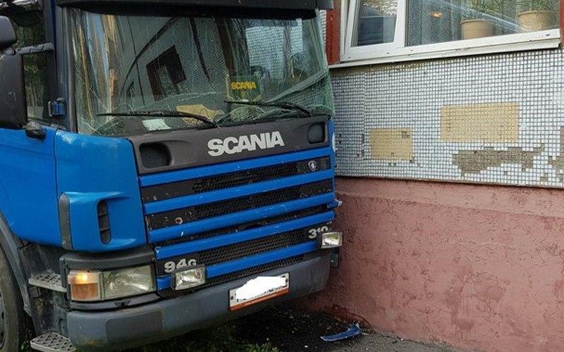 Тягач въехал впятиэтажку наулице Димитрова вБрянске