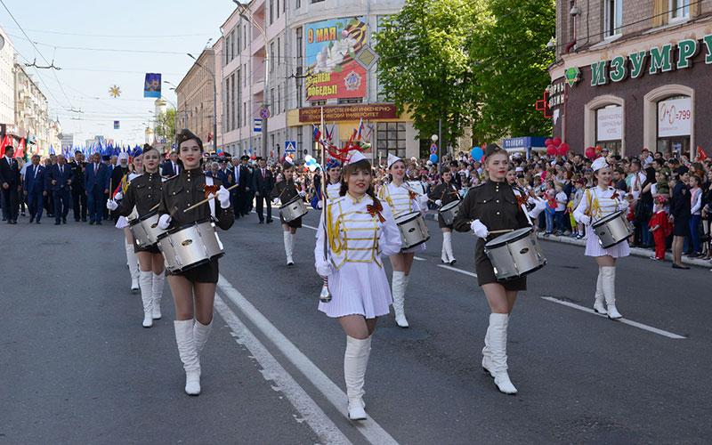 ВБрянске прошел парад Поколений «Впобедном марше»