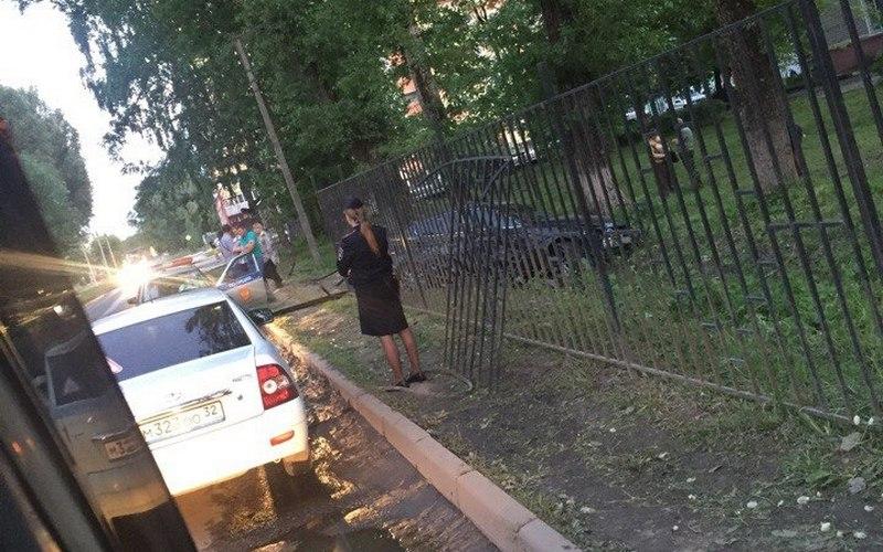 В Брянске Lexus снес забор детской поликлиники