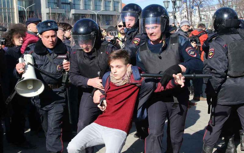 В Госдуме предложили наказывать за привлечение подростков к митингам