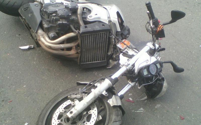 Под Брянском мотоциклист влетел в легковушку