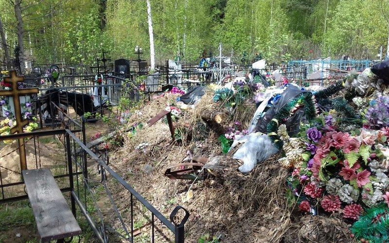 Дятьковскую администрацию заставили убрать свалки на кладбище