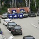 «Бросайте памперсы им на стекла»: в «Парковом» машины заблокировали мусорку