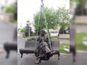 Баба Яга идет по  свету. Зашла  в Челябинск. Присела на скамейку