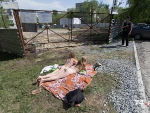 Женщины в бикини вышли на защиту своего двора в Челябинске