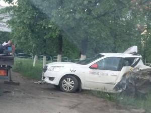 «Лада Калина» на остановке влетела в автомобиль такси