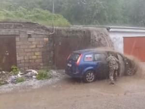Нельзя парковаться в ливень возле гаражей. Причина