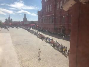 Километровая очередь из болельщиков выстроилась в мавзолей Ленина