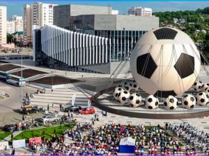 Самый большой в мире футбольный мяч все же надули. В Челябинске