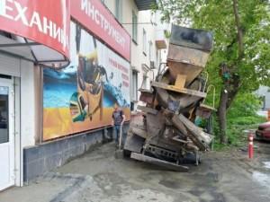 Бетономешалка провалилась в асфальт в центре Челябинска
