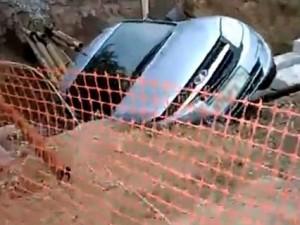 Опубликовано видео, как легковушка провалилась в котлован на Доватора