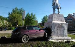 Иномарка врезалась в памятник Кирову
