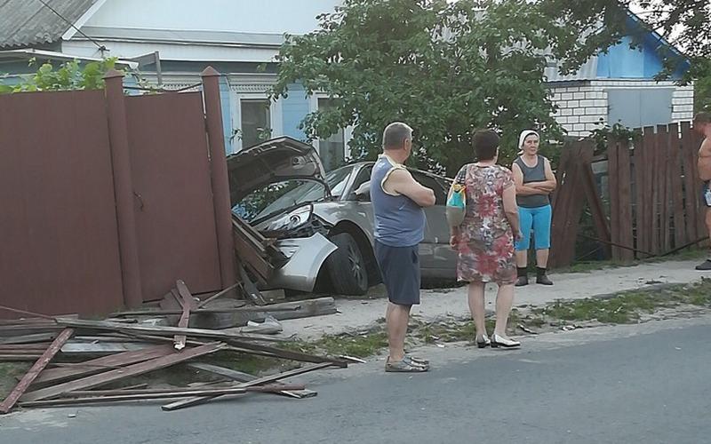 В Новозыбкове лихач снес забор частного дома