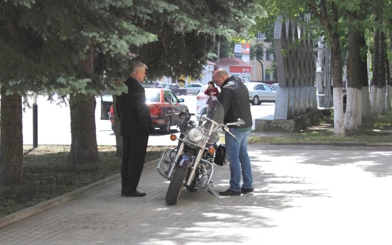 Глава администрации Дятьковского района приехал на работу на мотоцикле