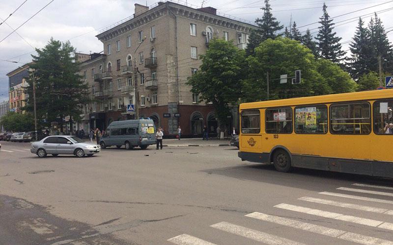 ВБрянске столкнулись маршрутка иавтобус