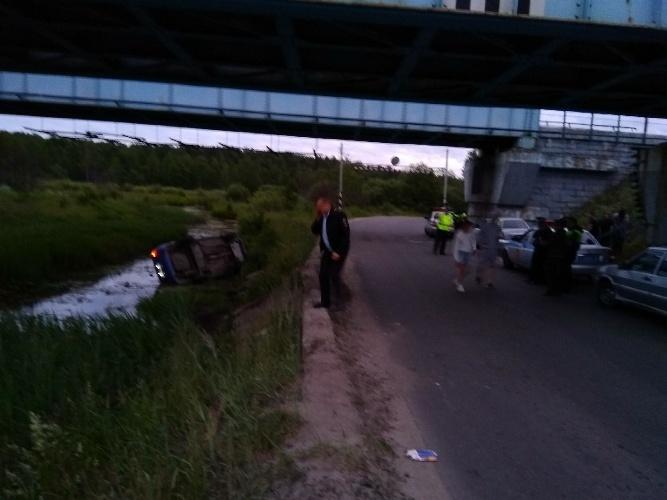 Пьяные водители улетели в речку под брянским мостом